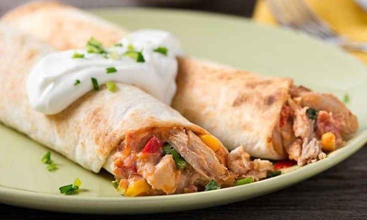 Préchauffer le four à 220ºC (425ºF). Battre le fromage à la crème avec la salsa jusqu'à ce que le tout soit bien mélangé. Incorporer le poulet, le fromage cheddar, le maïs, le poivron rouge, l'oignon vert et le piment (si désiré) au mélange...