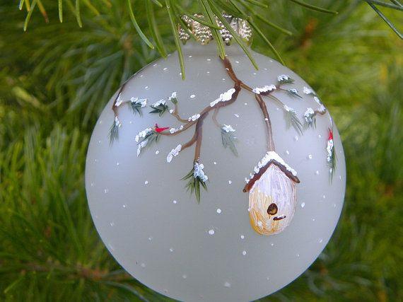 Questi dipinti ornamenti di Natale a mano sono perfetti per gli amanti degli uccelli, soprattutto del cardinale sfuggente! Ogni ornamento misura 2 5/8 ed è dipinto a mano su una lampadina di vetro smerigliato con vernice a smalto atossico, permanente.  Ogni ornamento dispone di 4 case delluccello: blu, verde, giallo e viola appeso da snowy albero rami e punteggiato di piccoli cardinali througought.  Questo elenco è per un 1 ornamento. Foto che ritraggono più ornamenti è a dimostrare il d...