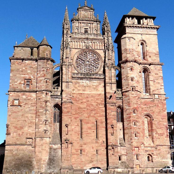 Construite dans une pierre fine et colorée qui rappelle le grès des Vosges, la cathédrale de Rodez est l'une des plus belles du S de la France. Son plan suit les canons de l'architecture gothique d'Ile de France avec un voûtement de 30m. L'absence de portail sur la façade occidentale s'explique par le fait que le rempart de la cité passait à ce niveau. On y remarque une curieuse façade miniature d'église Renaissance posée tout en haut du pignon. Le clocher N est un chef d'oeuvre flamboyant