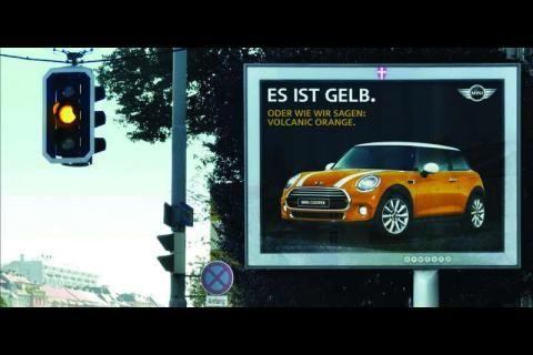 Le constructeur Mini et l'agence Demner Merlicek & Bergmann ont synchronisé plusieurs panneaux d'affichage à Vienne en Autriche avec des feux tricolores de circulation à proximité. Les conducteurs pouvaient ainsi voir, en fonction de la couleur du feu, l'une des trois annonces ad hoc de la Mini faisant référence à ses propres teintes. Exemple: «C'est rouge. Ou comme on dit: Blazing Red». Ou Volcanic Orange et British Racing Green quand le feu passait à l'orange ou au vert.