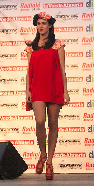 Vestido corto rojo con tirantas estampadas de seda y volumen creado a base de pliegues.