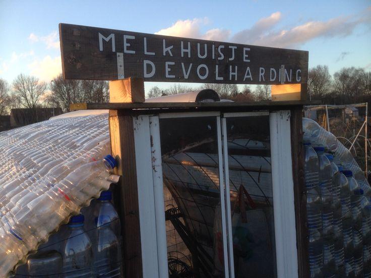 """Tuingasten """"This Is IT"""" Een kas gemaakt van plastic melkflessen. Staat op de volkstuin in Nijkerk."""