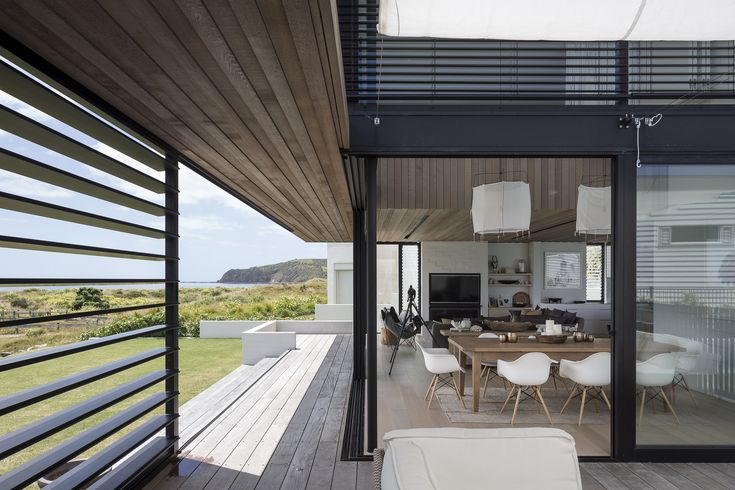 Like the use of wood under the eaves