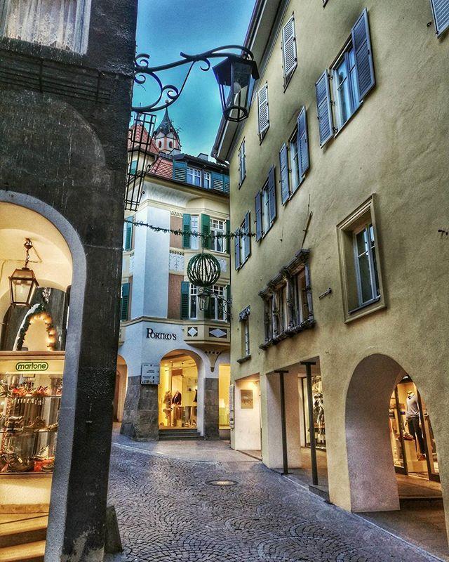 Merano (BZ) via Leonardo da Vinci - Alto Adige (Italy). #ishot_italia #fotografandolitalia #centristorici #visitsuedtirol #yallerstrentino_altoadige #volgo_italia #whisitaly #streetphotography #italy_photolovers #memories_photography #loves_trentinoaltoadige #besttrentinoaltoadigepics #houses_ofthe_world #city_streets #igpic_trentinoaltoadige #thehub_italia #italiainunoscatto #altoadigeweb #volgo_bolzano #merano #kings_villages #loves_united_vsco #italia_super_pics