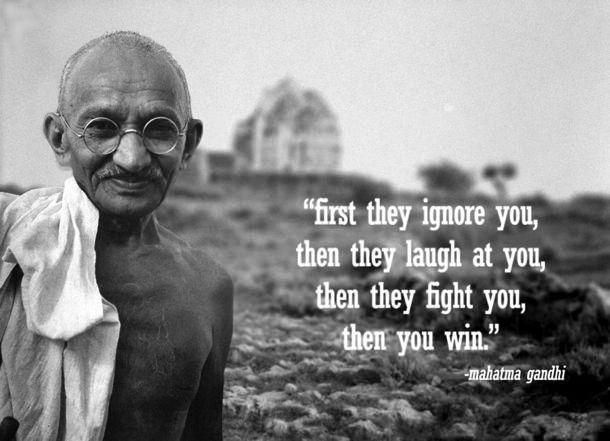 大英帝国によるインドに対する植民地支配に非暴力抵抗主義で対抗し、ついに独立を勝ち取ったマハトマ・ガンジー。  「はじめに彼等は無視し、次に笑い、そして挑みかかるだろう。そうして我々は勝つのだ。」