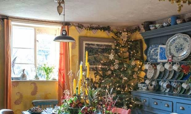 C'è tanto..forse troppo ma come si fa a non tenere esposte quelle meravigliose porcellane?     ma le case inglesi sono così...raccontano, ...