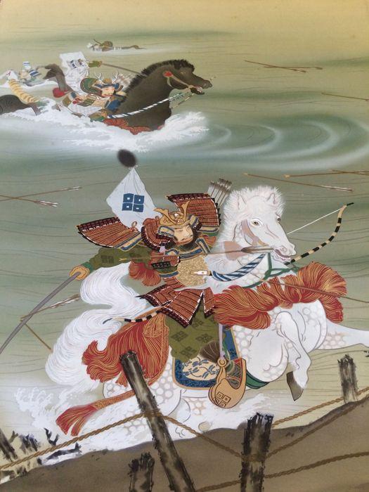 Gedetailleerde opknoping scroll op doek met Samurai in strijd - Japan - eerste helft 20e eeuw  Indrukwekkend en gedetailleerde handbeschilderd ga schilderen featuring Samurai in strijd - Japan - eerste helft 20e eeuwGoede conditie. Het schilderij is oud en dienovereenkomstig draagt zijn tekenen van slijtage. Sommige vlek in het bovenste gedeelte van het schilderij zie foto's.De uiteinden van de roller zijn gemaakt van hout.Geschilderd op doek.Afmetingen: (breedte x hoogte)Totale omvang: ca…