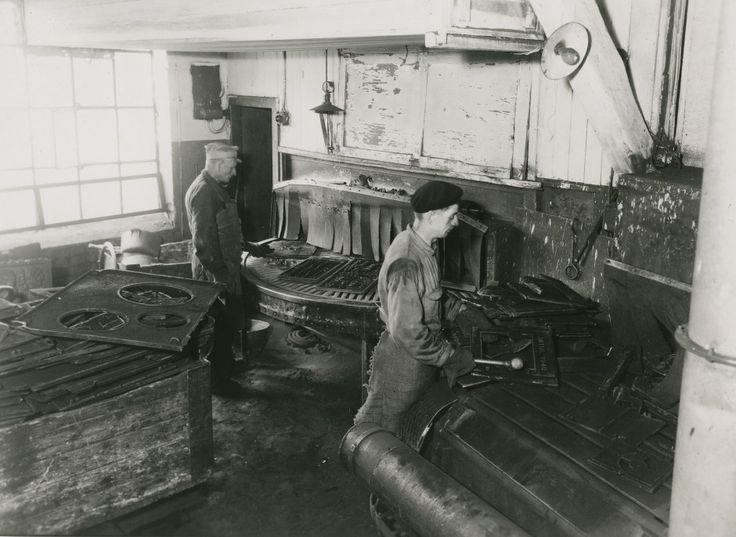 Fra pusseriet der rågodset blir lagt på transportbånd og sandblåst. Ca. 1942/43. (Foto: Jøtul)