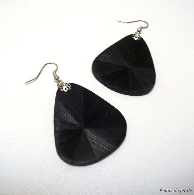 Bungelende oorbellen in zwart stro marqueterie door Eclatsdepaille
