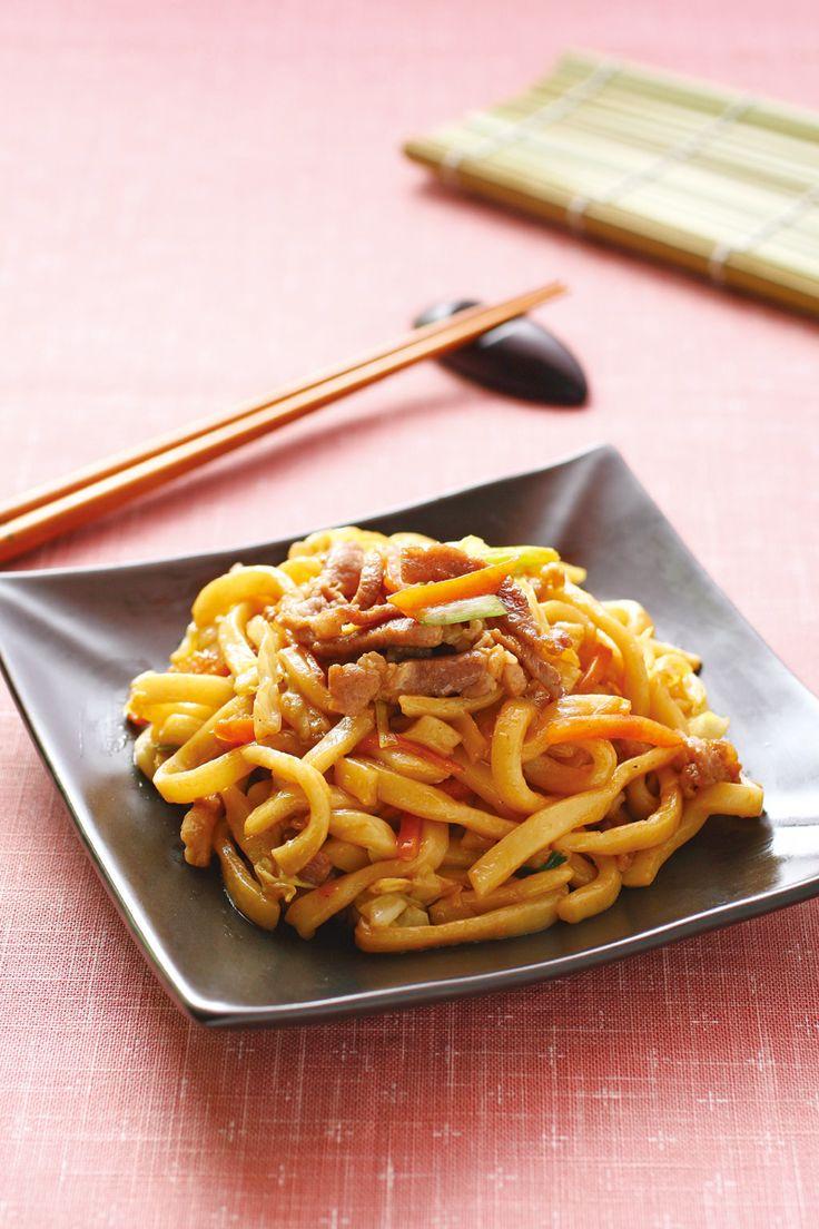 上海炒粗麵    粗拉麵, 豬肉絲, 高麗菜, 紅蘿蔔, 青蔥, 沙拉油, 蠔油, 糖, 太白粉, 鹽