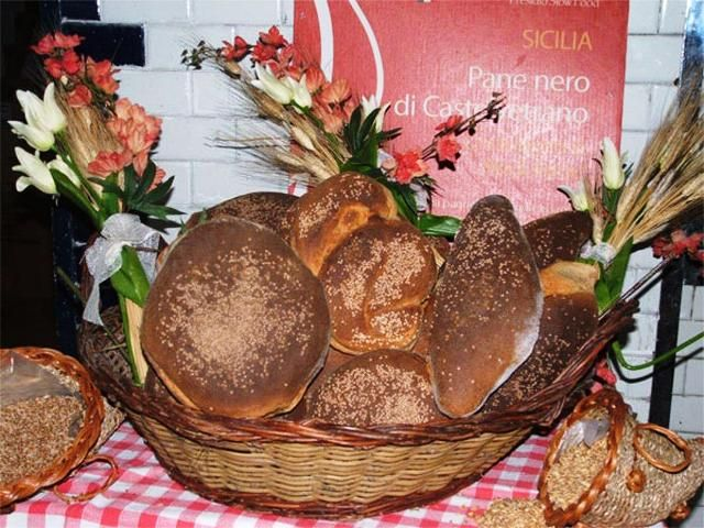 The dark bread of Castelvetrano is a typical Sicilian food prepared with the most ancient hard wheat flours of Sicily. Discover its healthy properties.