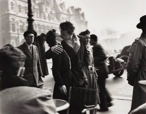 """Le Baiser de l'Hôtel de Ville - Robert Doisneau, 1950, Paris 