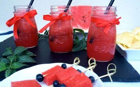 La versione estate 2015 dello spritz Lo spritz è uno dei cocktail più bevuti, ne esistono mille versioni e se ne possono creare sempre di nuove. Per esempio questa è ottima per l'estate così fresca e colorata: una bella fetta di anguria #spritz #ricetta #aperitivo #estate