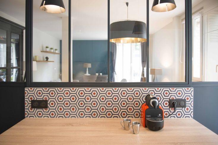 tiles bahya carrelage rouge et noir graphique au mur de la cuisine verriere separe cuisine et sejour  suspension noir