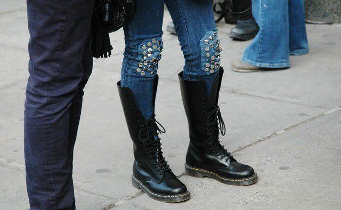 customiser vetement, bottes noirs, genoux en studs, style ado, jeunesse