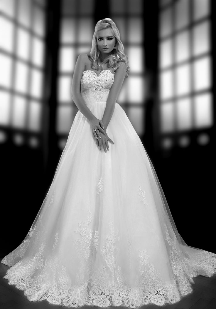 NATALIE princess wedding dress with heart-shaped bodice by Bien Savvy  Shop your style at www.biensavvy.eu or order your sur mesure style at office@biensavvy.eu