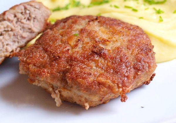 Karbanátky z mleté vepřové plece zjemněné smetanou, ochucené sladkou paprikou a majoránkou. Smažené na oleji a podávané s bramborovou kaší.