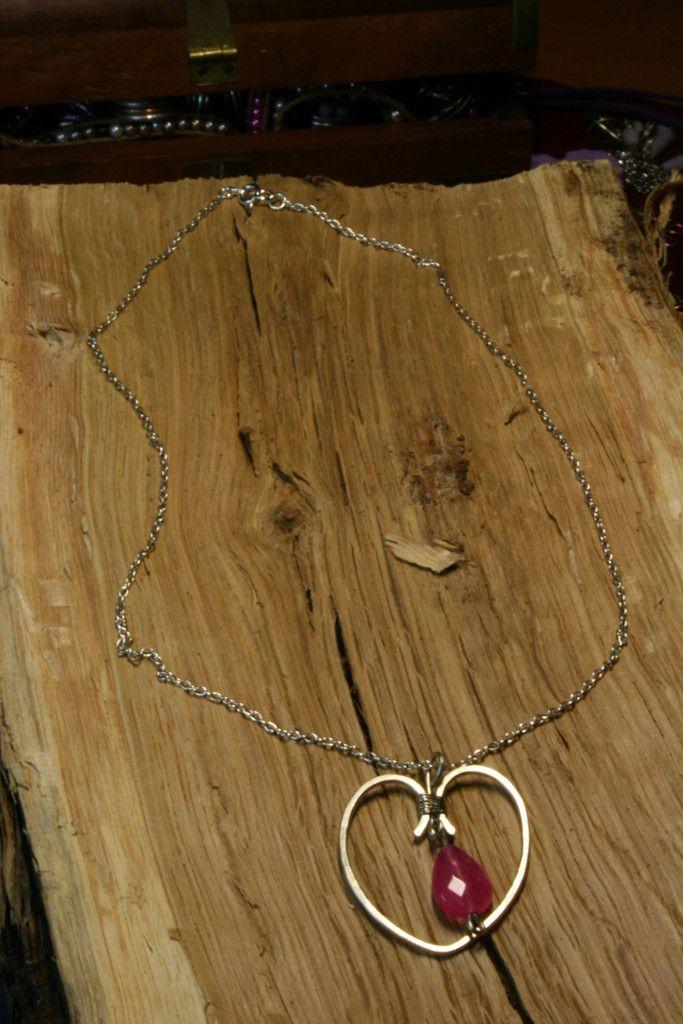 Μενταγιόν από Σύρμα αλπακα σε σχημα καρδιας με πετρα σε σχημα δακρι κα – Handmade Greek Jewellery