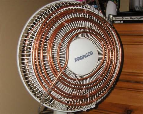 Otro artículo sobre el ingenio casero del ser humano. Solo se necesita un ventilador, una tubería de cobre, tubo de plástico flexible y un depósito de agua fría.