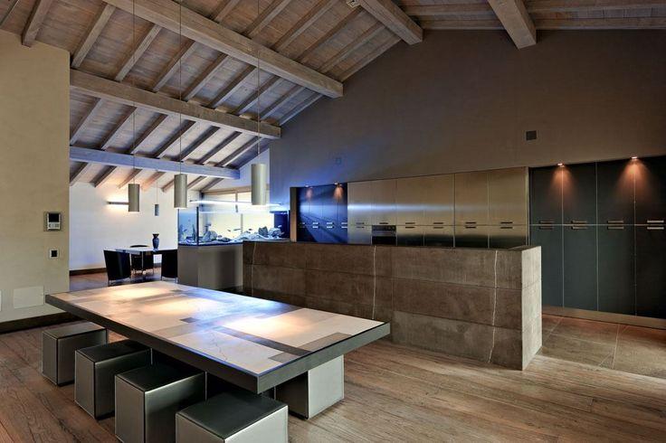 Cucina incassata e impianto di luci studiato ad hoc per la sera