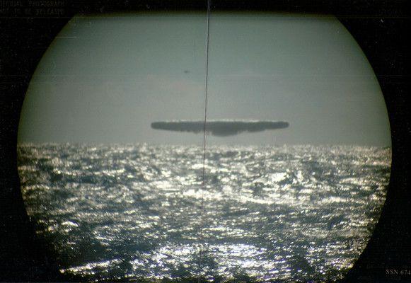 """Azonosítatlan repülő tárgyakról készített felvételeket 44 évvel ezelőtt az amerikai haditengerészet.   Az erről szóló képeket a francia Top Secret magazin publikálta, amely a tudomány és a történelem rejtélyeivel foglalkozik. A cikk címe: """"UFÓ-k, találkozás az Északi Jeges tengeren."""" Egy névtelen informátor..."""