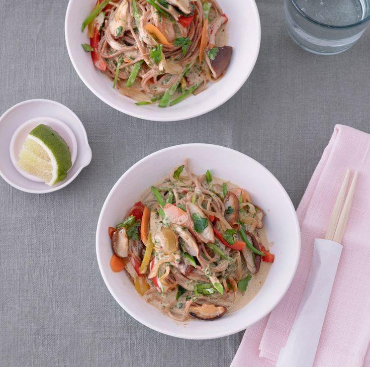 Knackiges Gemüse, kernige Nudeln, cremige Kokosmilch und dazu Currypaste. Asiatische Küche, wie sie sein soll: unkompliziert und unglaublich gut!