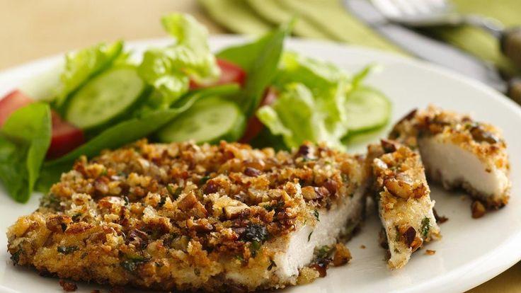 Des poitrines de poulet trempées dans du yogourt et enrobées de chapelure de pain de style japonais et de pacanes qui seront dorées et croustillantes après cuisson.