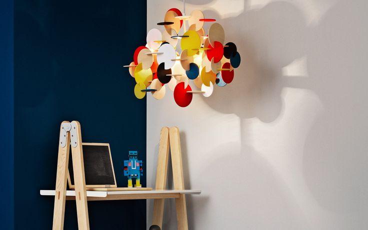 Bau Pendant Normann Copenhagen è una lampada a sospensione realizzata in legno di tiglio dai tratti semplici ma che sfida le regole del disegno convenzionale. Bau Pendant Normann Copenhagen è un lampada-scultura a sospensione che unisce colori, creatività e forme geometriche in un design unico. L'elemento essenziale del design è rappresentato da cerchi geometrici da assemblare che intersecati tra loro sporgono in tutte le direzioni.