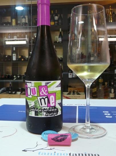 Un vino desenfadado, jovial, atractivo. Una referencia que atrae a jóvenes en busca de un blanco fresco. Su cuidado diseño se prolonga hasta el corcho donde un beso aparece serigrafiado.