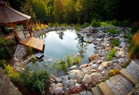 Selecionamos cinco projetos de lagos no jardim que vão fazer você correr até o telefone e pedir um a um paisagista.