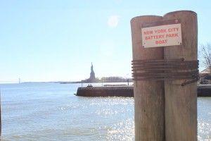 Vista da doca de Ellis Island, para a Estátua da Liberdade