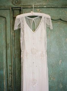bodas en verde menta: fotografía tu vestido de novia sobre una pared de este color
