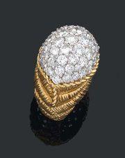 Van Cleef & Arpels. Années 1960. ... Bague dôme entièrement pavée de diamants brillantés. Le corps en or jaune 18 kts et platine est cisélé d'un décor vannerie à chevrons. Signature et numéro. Tdd : 54....