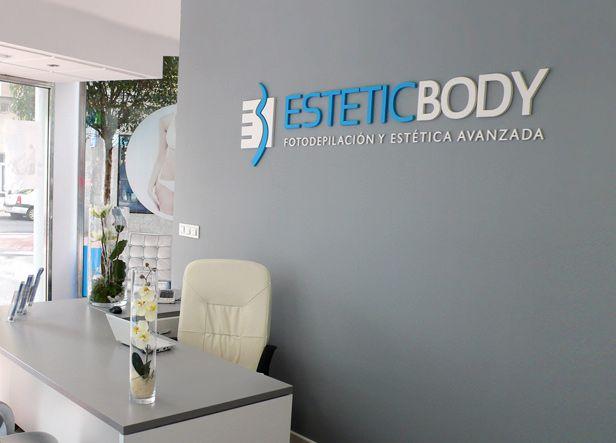 """Logotipo para Estetic Body, una franquicia de centros de estética y fotodepilación avanzada con sede en Barcelona. El logo escogido basa su icono en las dos iniciales: la """"B"""" recuerda con su trazo sinuoso un cuerpo humano y la """"E"""" inscrita en un cuadrado simboliza el elemento técnico que interactúa sobre él."""