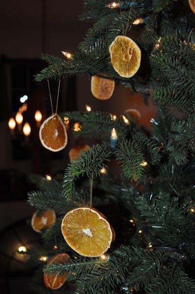 A Simple #Christmas  tree decorated with oven dried #orange slices. Pretty and natural! // Juletræ pyntet med skiver af tørret appelsin. Enkelt og naturligt!
