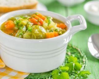 Potage de carottes, choux de Bruxelles et pomme de terre au lait de coco et curry