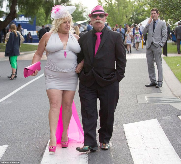 Тысячи гуляк, одетых в лучшие шляпы, сумасшедшие костюмы и гламурные наряды пришли на крупнейший день скачек в году в Австралии.