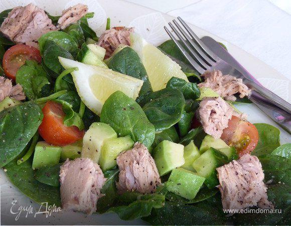 Салат из тунца и авокадо. Ингредиенты: тунец, авокадо, шпинат