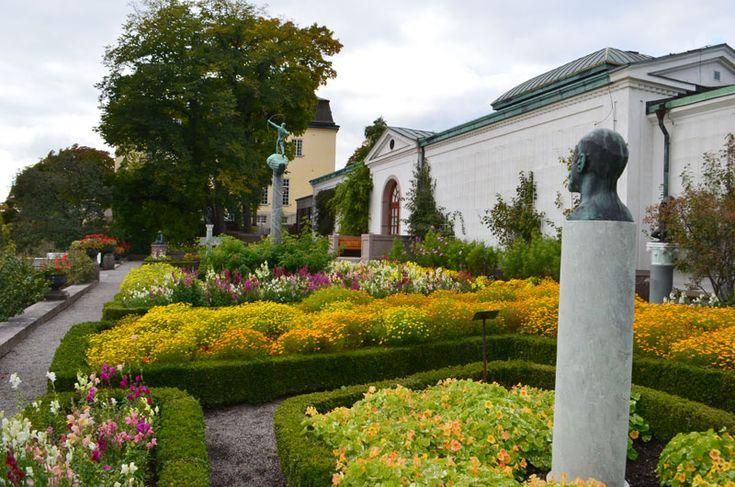 Det är den 29 september och på galleriterassen här vid Prins Eugens Waldemarsudde, blommar det vackert och storslaget. Det är lite märkligt det här med färger på blommor i våra trädgårdar. Under…