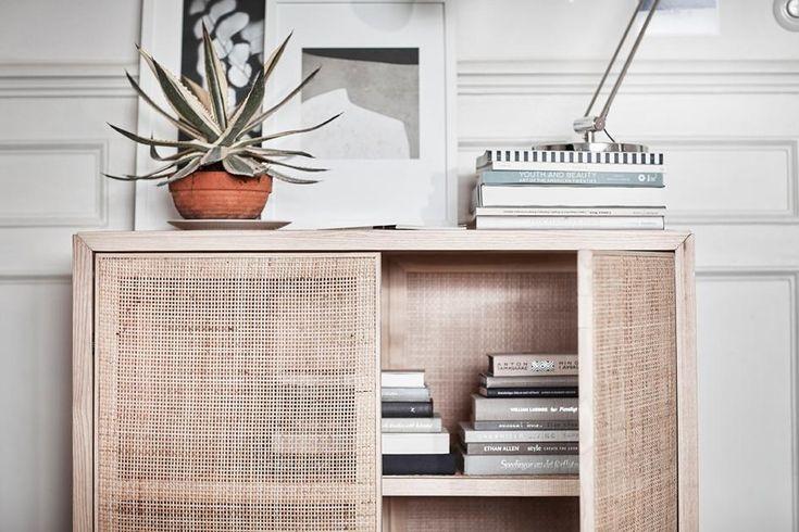 """Hergestellt aus den Naturmaterialien Rattan und massiver Esche altert Ikeas """"Stockholm""""-Schrank über die Jahre ganz behutsam - und wird immer schöner. Versteckte Magnete halten die beiden Türen geschlossen..."""