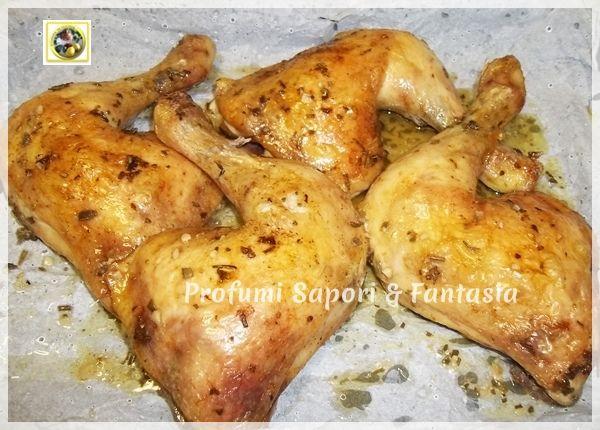 Arrosto di pollo al limone, profumato croccante fuori e tenero dentro, da servire in tavola con contorno a piacere. Una ricetta molto facile e gustosa.