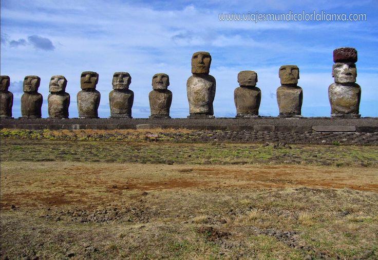 Viajes Mundicolor L´alianXa. Isla de Pascua. Los Moais que son el símbolo de Rapa Nui se han convertido en ícono universal, son estilizadas figuras que encarnan el espíritu de los ancestros. Según la tradición, los Moais podían caminar, todos se encuentran ubicados dándole la espalda a la playa, pues eran como los custodios de las aldeas, los nativos recurrían a ellos para contarles todas las preocupaciones y suplicarles  por ayuda.