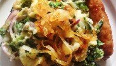 Stamppot andijvie sneller stampen. Nu komt het: verdeel de helft van de rauwe stamppot over de bodem van de pan. Stampen met die stamppot Verdeel er dan de hete aardappels over. Pak je stamper en leef je uit. Door de hitte van de aardappels slinken de blaadjes andijvie veel sneller dan wanneer je ze er via de bovenkant doorheen stampt. Gebruik het opgevangen kookvocht om de puree smeuïg te maken. Een half kopje is genoeg op 900 gram aardappels.