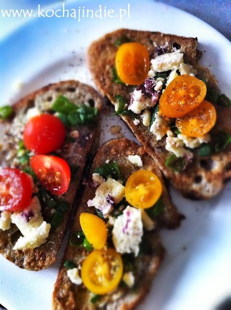 Francuskie tosty z serem nadziewanym zurawina, szczypiorkiem i pomidorkami