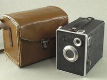 Het is 'm niet, maar hij lijkt erop: mijn vader had vroeger een heel oud fototoestel; je moest een soort van vierkant raampje eerst omhoog zetten en na een heleboel 'gedoe' werd de foto dan genomen......