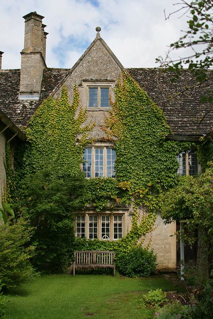 sing-a-song-o-sixpence:  Kelmscott Manor by jojo 77 on Flickr.