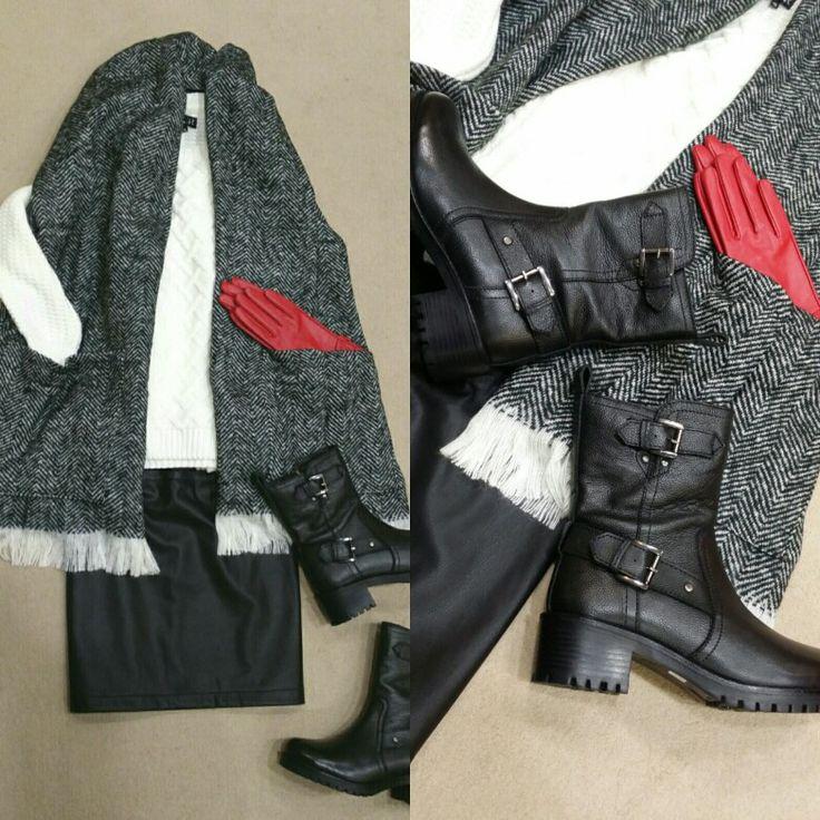 Maxi bufanda con bolsillos de Naf Naf, superpuesta sobre jersey grueso. Falda recta de Naf Naf. Botas de piel con aire motero.