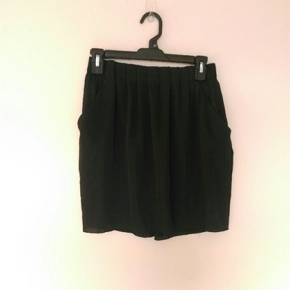 Balloon skirt Black w/ pockets, it sorta puffs out at hips, size S, waist 26-27in UNIQLO Skirts
