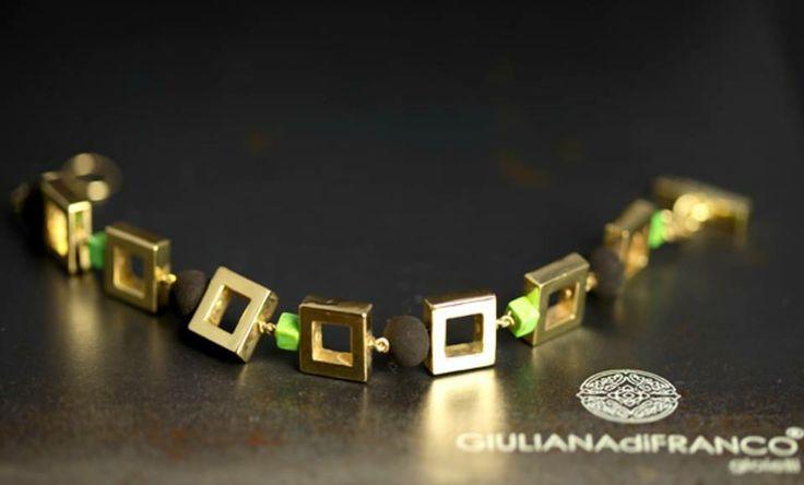 bracciale in oro giallo con particolari in turchese verde e polvere di lava.