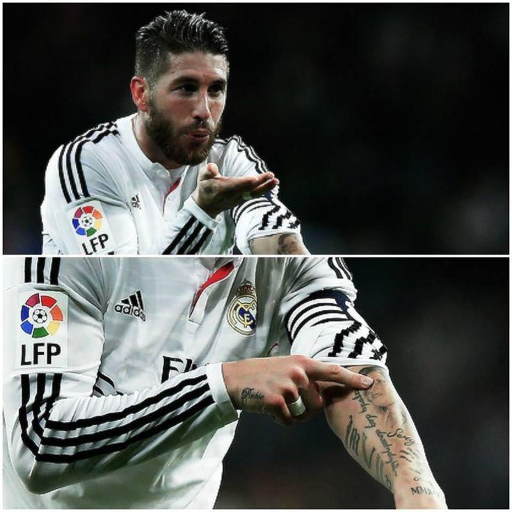 Sergio Ramos se toca el tatuaje de su madre y le dedica su gol 50 con la camiseta del Real Madrid.